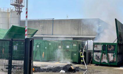 Incendio all'ecocentro comunale, l'intervento dei Vigili del fuoco