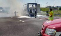Paura in A4 prima dell'uscita di Montecchio, camion prende fuoco: autostrada chiusa