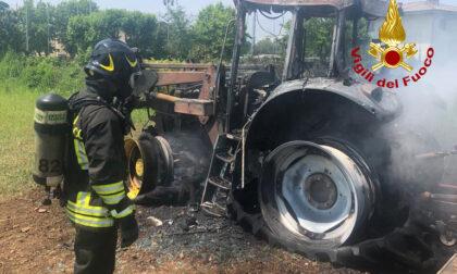 Fumo nella cabina, l'agricoltore scende appena in tempo dal trattore in fiamme