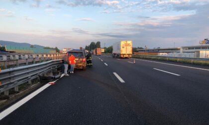 Incidente all'alba in autostrada, auto schiacciata contro il guard-rail: due feriti