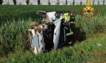 Le immagini dell'auto finita ribaltata in un campo: ferita la 19enne alla guida