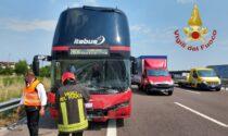 Maxi incidente con un ferito: coinvolte due auto, un camion e un bus