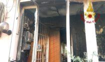 Le fiamme divorano una veranda: cane vivo per miracolo e padrone di casa ustionato
