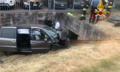 Perde il controllo della vettura e cade nel canale di scolo, morto il conducente