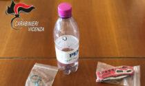 Scoperto mentre inala cocaina da una bottiglia di plastica, in auto c'era anche un coltello serramanico