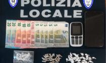 La Polizia locale arresta un pusher con oltre 50 dosi di droga tra eroina e cocaina
