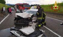 Le immagini del violentissimo frontale tra camion e auto: un giovane ferito