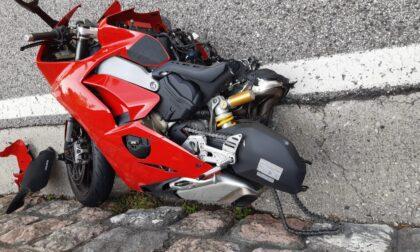 Perde il controllo della moto e si schianta contro il guard rail: 27enne ferito gravemente