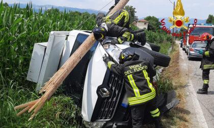 Perde il controllo del furgone a Rosà e abbatte un palo telefonico
