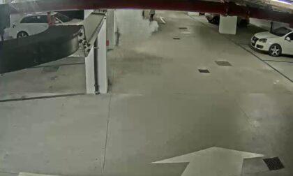 Minorenni svuotano un estintore nel parcheggio Nova Thiene e piegano una targa