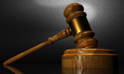Tre anni di processo per aver rubato patatine in un bar: il giudice proscioglie la ladra dalle accuse