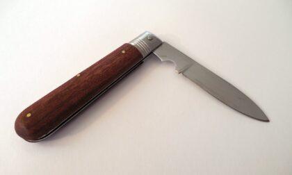 """""""Patente e libretto"""", ma addosso ha solo un coltello a serramanico"""
