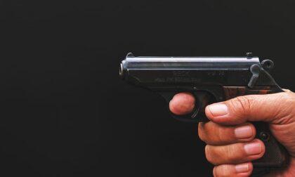 Lite domestica, il padre minaccia il figlio con una pistola