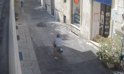 Ruba la bici con due borse a una coppia di turisti: ladro rintracciato in meno di un'ora