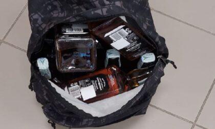 Ladro di whisky goffo si fa beccare con le mani nel sacco