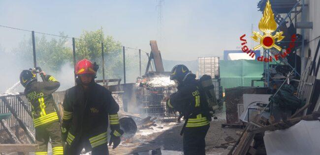 Montorso, il video di bancali e teloni di plastica bruciati nell'azienda metalmeccanica