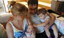 """Il nonno diventa """"ostetrico"""" e fa nascere il nipotino sul divano di casa"""
