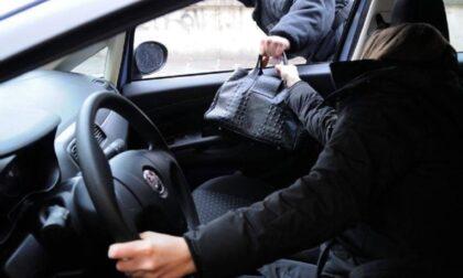 Suona il clacson per far scoprire la ladra che frugava nelle auto parcheggiate: arrestata
