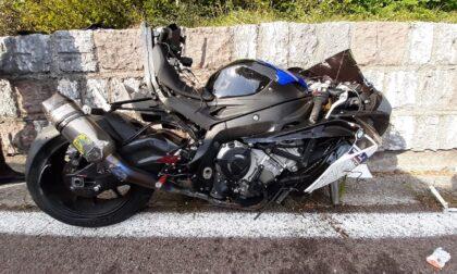 Strada del Costo, scontro tra moto in sorpasso: feriti i due centauri