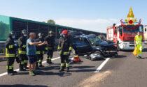 Sbatte contro il guardrail e viene investita da un camion: paura per mamma e figlio di 2 anni