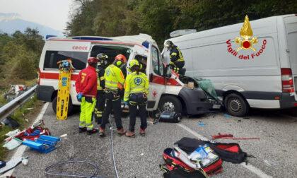 Violentissimo frontale tra un'ambulanza e un furgone: gravi i due conducenti