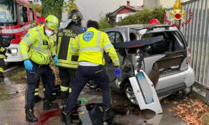 Resta incastrato nella Smart dopo l'incidente: 19enne di Albettone è gravissimo