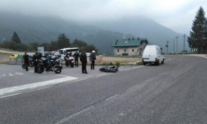Motociclista tedesco perde il controllo, la moto finisce contro un caravan