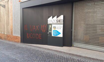 """Scritte no vax sulle pareti del centro vaccinale, il sindaco: """"Sono schifato"""""""