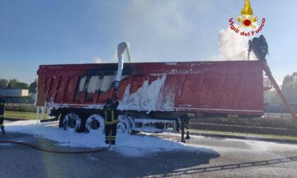 Camionista si accorge appena in tempo che il suo rimorchio sta andando a fuoco sulla A31