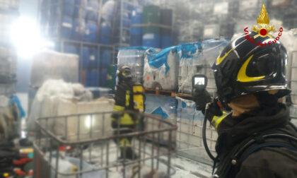 Le immagini dell'incendio in un'azienda di vendita e riciclaggio di contenitori plastici